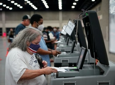 A voter casts her ballot on the day of the primary election in Louisville, Kentucky, U.S. June 23, 2020, photo by Bryan Woolston/Reuters