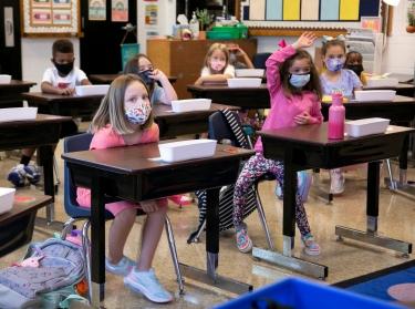 Students return to school wearing masks at Wilder Elementary School in Louisville, Kentucky, August 11, 2021, photo by Amira Karaoud/Reuters