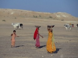 Indian women carrying water on their heads, photo by Curt Carnemark/World Bank
