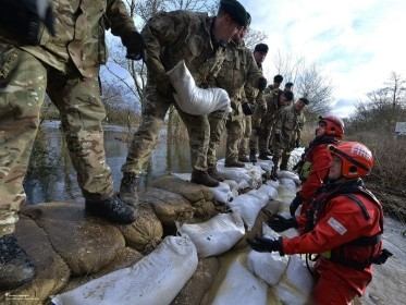Reservists from 7 Battalion, The Rifles Reinforcing a Dam During Flooding, photo by Cpl Richard Cave LBPPA/Defence Images