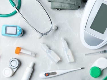 Medical devices on grey background, photo by New Africa/Adobe Stock